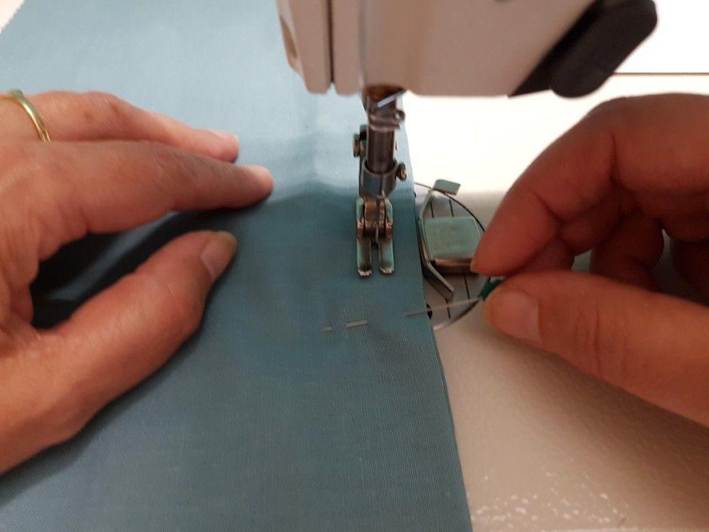 Enlevez les épingles avant le passage  sous le pied presseur de votre machine.