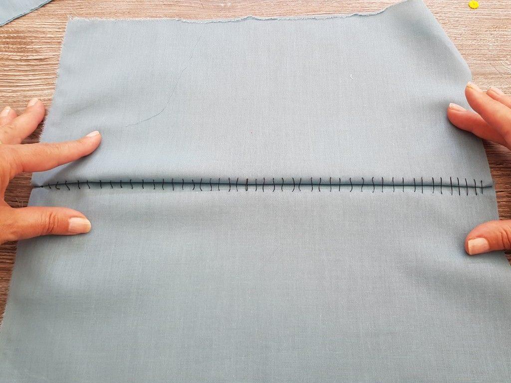 L'ouverture de la couture de bâti laisse apparaître les boucles qui seront coupées