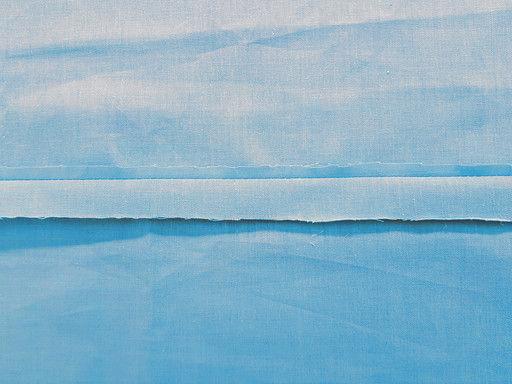 La surpiqûre arrière est réalisée sur un assemblage dont les surplus sont dégarnis du côté de la parementure, de l'enforme ou de la doublure.