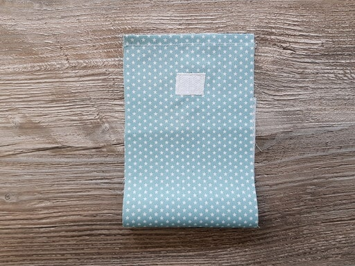 Pose du ruban auto-agrippant et réalisation de l'ourlet simple sur le sac pour faire un calendrier de l'avant en tissu