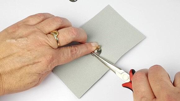 Rabattre les griffes du bouton magnétique
