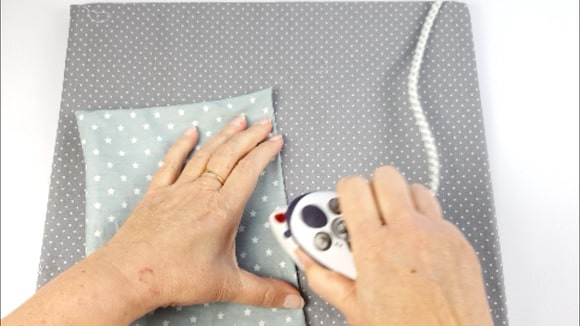 Repassage de la poche plaquée pour l'intérieur d'un sac