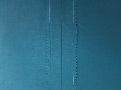 finir une couture à l'aide des ciseaux cranteurs et d'une couture de point droit.