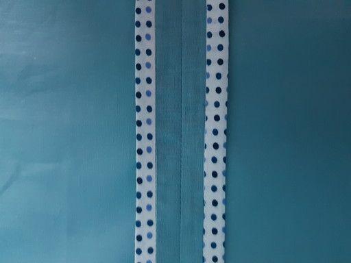 Finir une couture avec la pose d'un ruban de biais sur le bord vif.