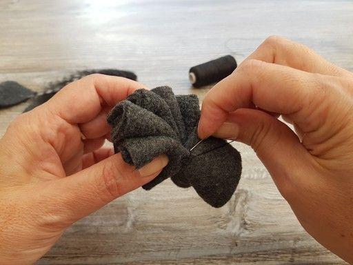 Assemblage des pétales de tissu pour former une fleur