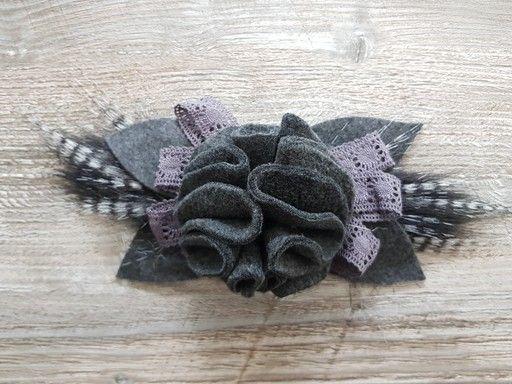 Fleur en tissu réalisée dans un tissu de type polaire. Cette fleur est idéale pour orner un chapeau ou un manteau.