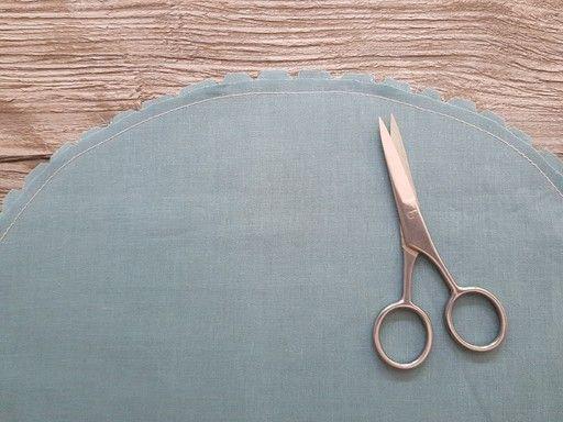 Dégarnir une courbe convexe d'un seul côté de la couture à 4 mm et cranter le deuxième surplus à 7 mm puis faire une surpiqûre arrière