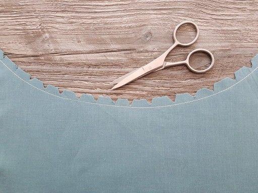 Pour faire des crans sur une courbe concave, il faut faire des entailles ou dessiner des V avec la pointe des ciseaux en arrêtant à 2 mm de la couture d'assemblage.