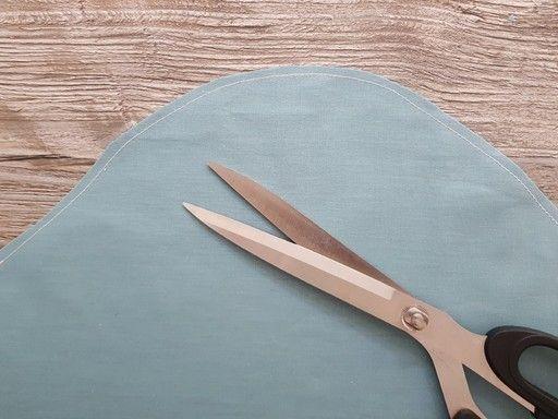 Pour dégarnir une courbe convexe, coupez le surplus de couture et ne laissez que 3 ou 4 mm de tissu à partir de de la couture d''assemblage