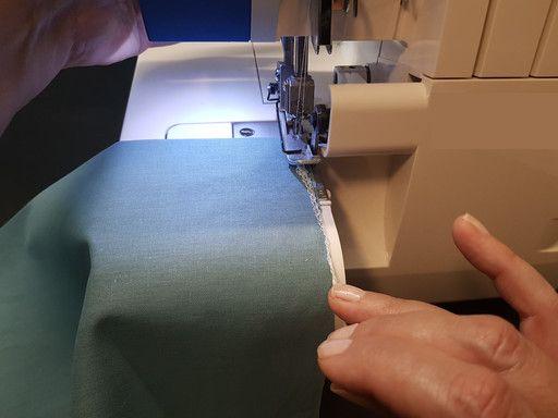 Pour arrêter une couture à la surjeteuse, rabattre la chaînette le long du trajet de surjet