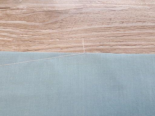 Coupe du point de chaînette à un ou deux centimètres pour arrêter une couture