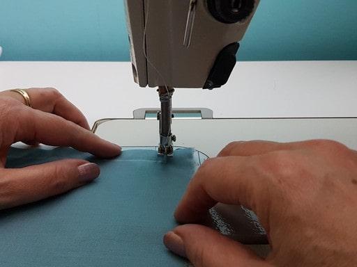 Pour coudre un angle, Levez le pied presseur, faite pivoter le tissu en direction de la couture suivante, rabattre le pied