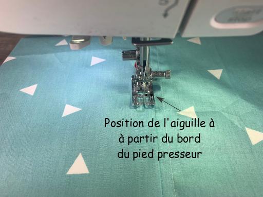Pour surpiquer le long d'une couture, réglez la position de l'aiguille à une distance égale à la largeur de la surpiqûre à partir du bord du pied presseur