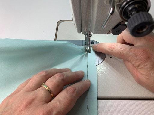 Coudre des angles différents - après avoir cranté l'angle, positionner le deuxième côté le long du bord à assembler