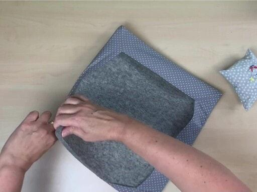 Insérer le tapis dans la housse