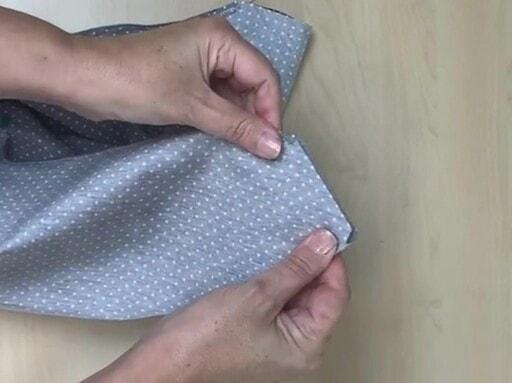 Plier les angles de la housse de tapis de repassage