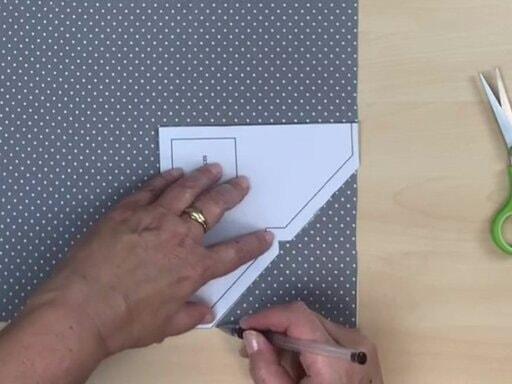 Tracer le gabarit des angles de la housse de repassage