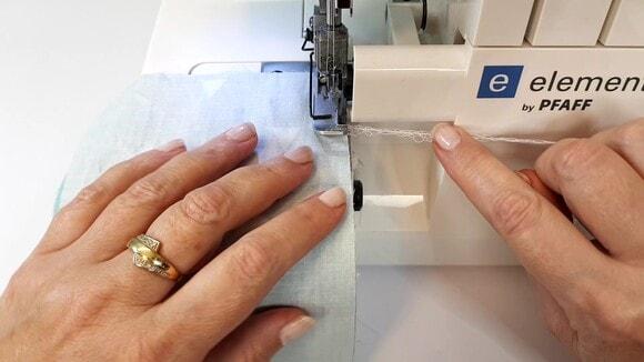 Couper la chainette à l'aide du couteau de la surjeteuse